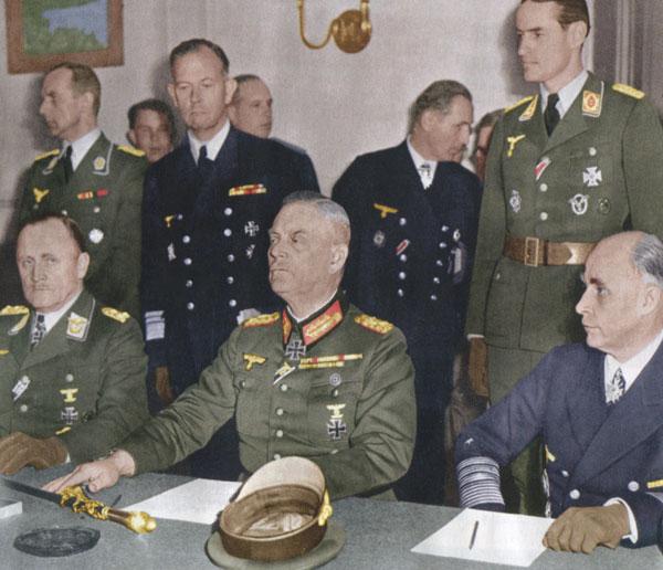 Capitulation du IIIe Reich à Berlin : les plénipotentiaires allemands (le général Hans Juergen Stumpff, commandant en chef de la Luftwaffe, le maréchal Wilhelm Keitel, chef d'état-major de la Wehrmacht, l'amiral Hans Georg Von Friedebourg, Kriegsmarine, source : ECPAD)