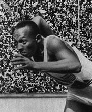 Jesse Owens au départ du 200 mètres aux JO de Berlin (1936)