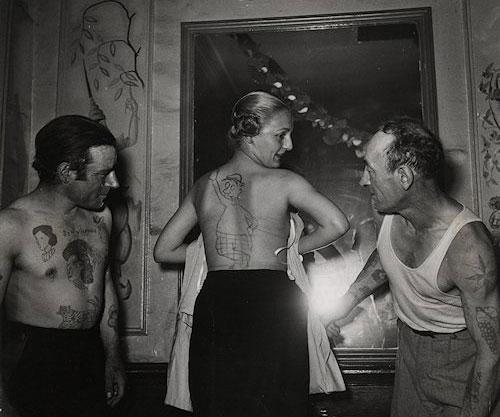 Robert Doisneau, Concours de tatouages dans un bar de la rue Mouffetard, 1950, Atelier Robert Doisneau