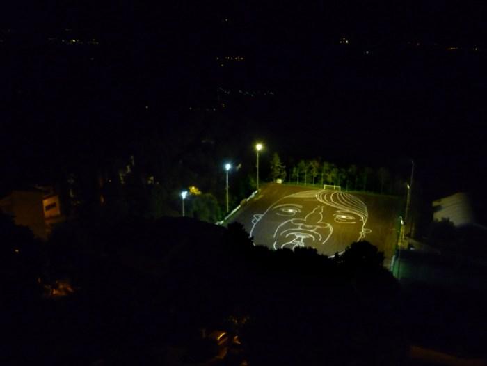 'Giocco mostruoso'. Intervención site-specific y performance: dibujo de cal sobre campo de fútbol. Montopoli, Italia. Fotograma del vídeo / ©2010 Santiago Morilla