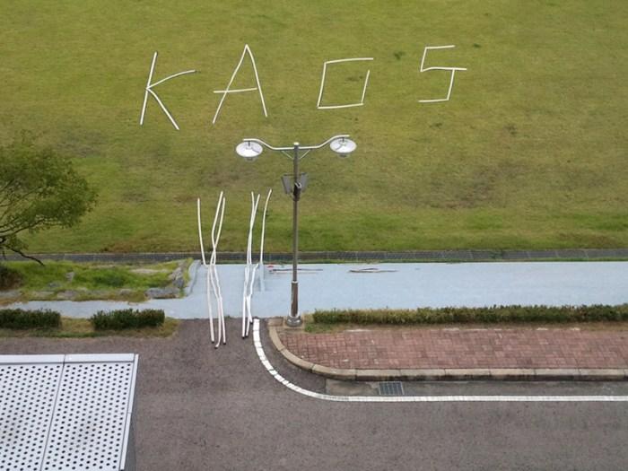 KAOS (korean expression exercise number 1) Caligrafía y coreografía con mangueras antes de regar el campo del GCC, Ansan, Corea del Sur. Fotograma del video. 2m 30sg. / © 2011 Santiago Morilla