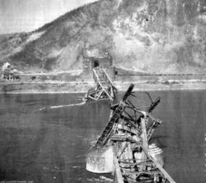 Blick auf die eingestürzte Brücke von Remagen aus gesehen