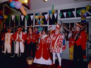 Prinzenpaar mit Karnevalsprinzessin beim Feiern