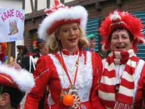 Zwei Karnevalistinnen aus einer Fußgruppe im Umzug