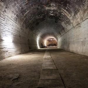 Blick aus dem Tunnelgewölbe auf die Bühne und Tribüne des Theaters im Tunnel (2019).
