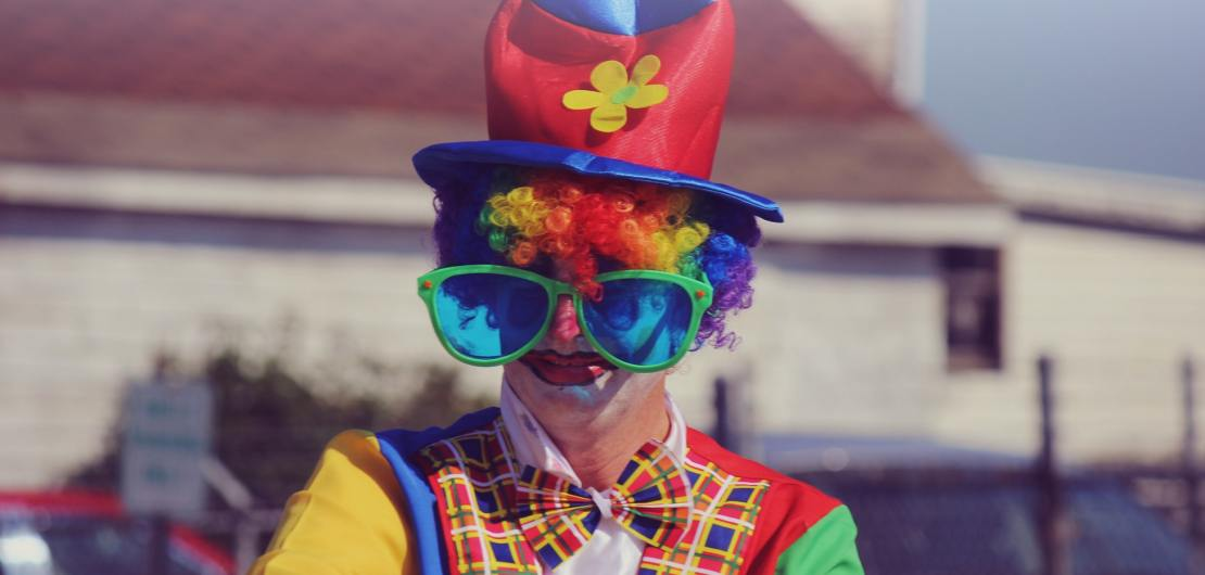 Ein Clown feiert den Erpeler Karneval