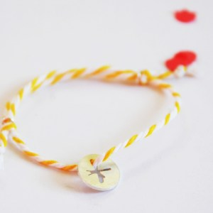 armband-anhaenger-silber-baumwolle-libelle-liegend