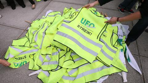 Yellow strike vests of the union Ufo