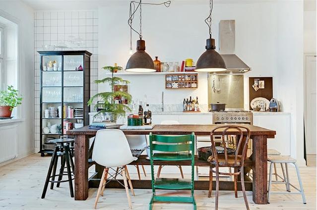 Trend: mismatch aan stoelen rond een houten tafel