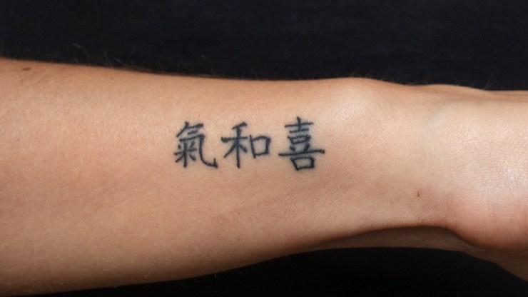 Eerste tattoo Iris Chinese tekens pols tattoo klein spijt regret (1)
