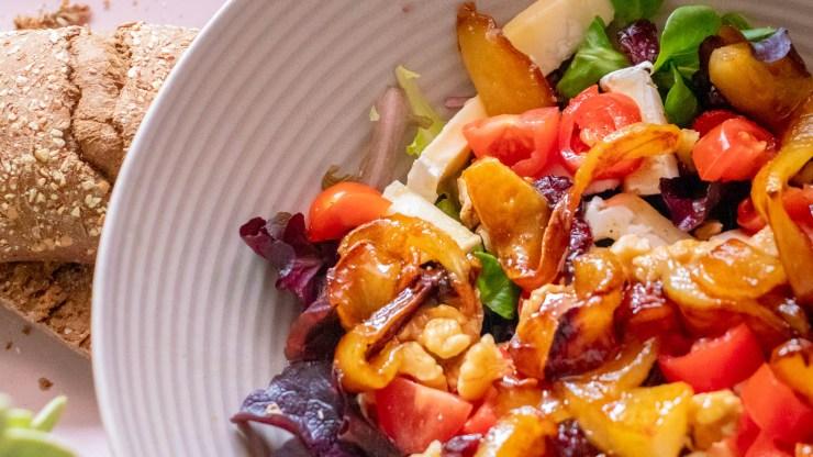 Salade gekarameliseerde peer en brie walnoten cranberry (2)
