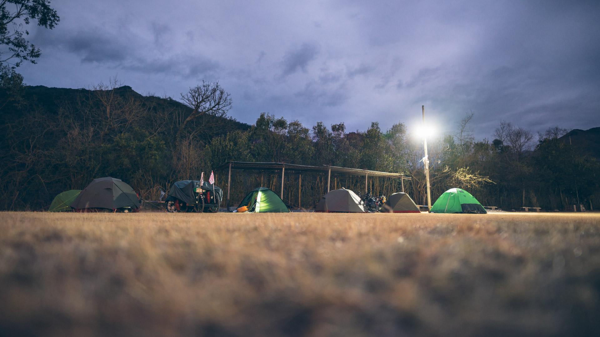 Bivouac dans un stade de foot