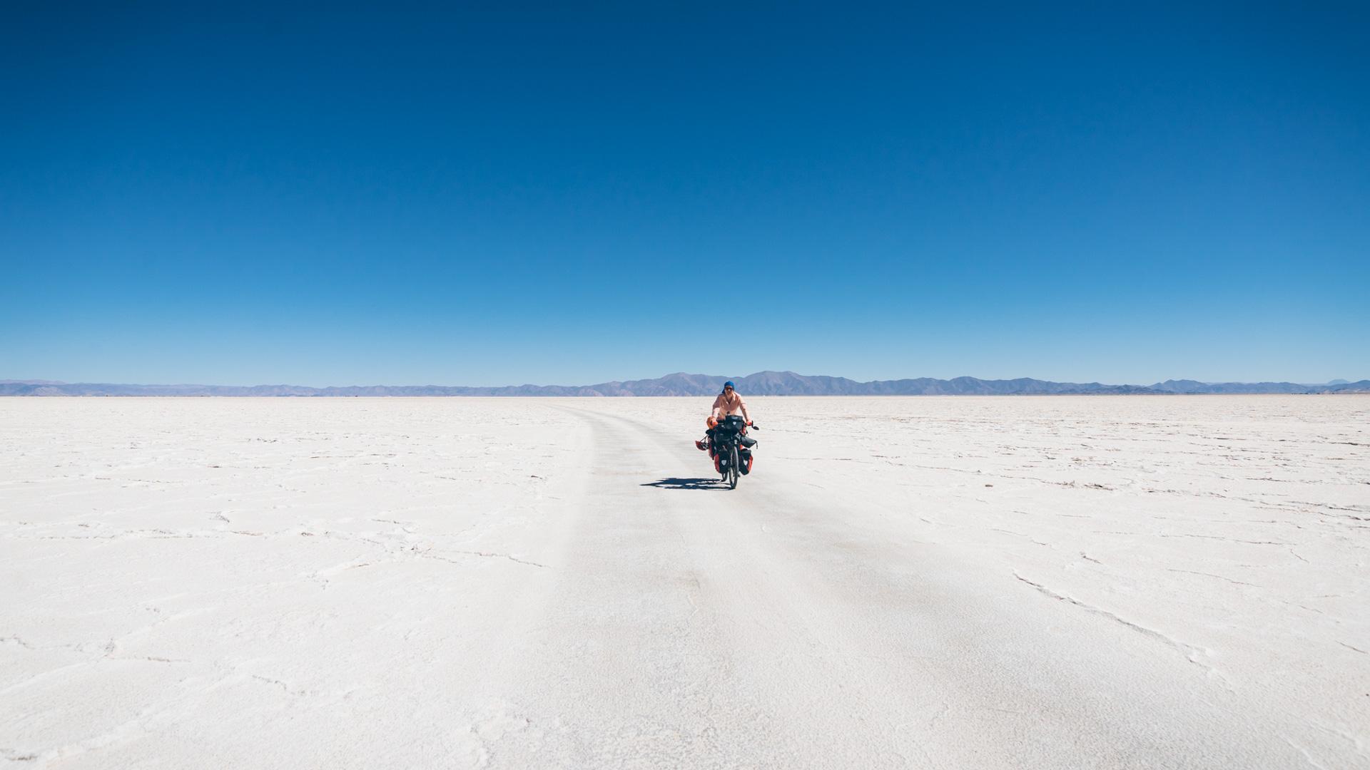 On suit une trace de voiture pour en pas tomber sur une fine couche de sel