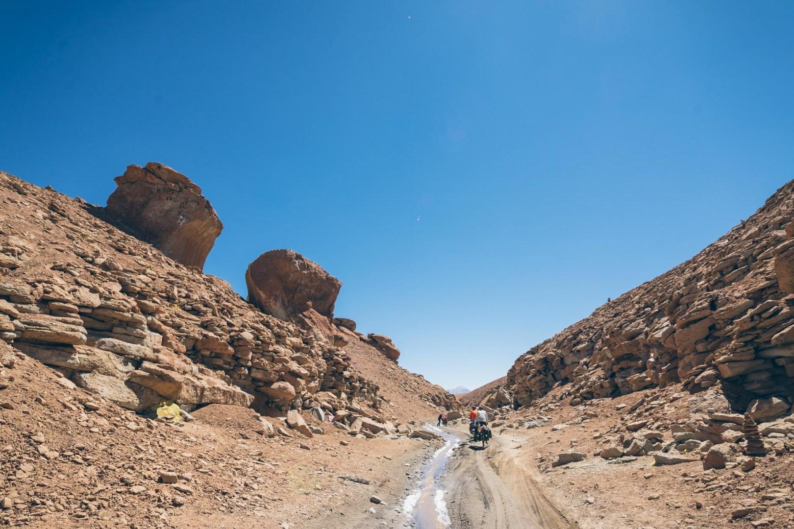 On traverse un canyon avec un peu d'eau