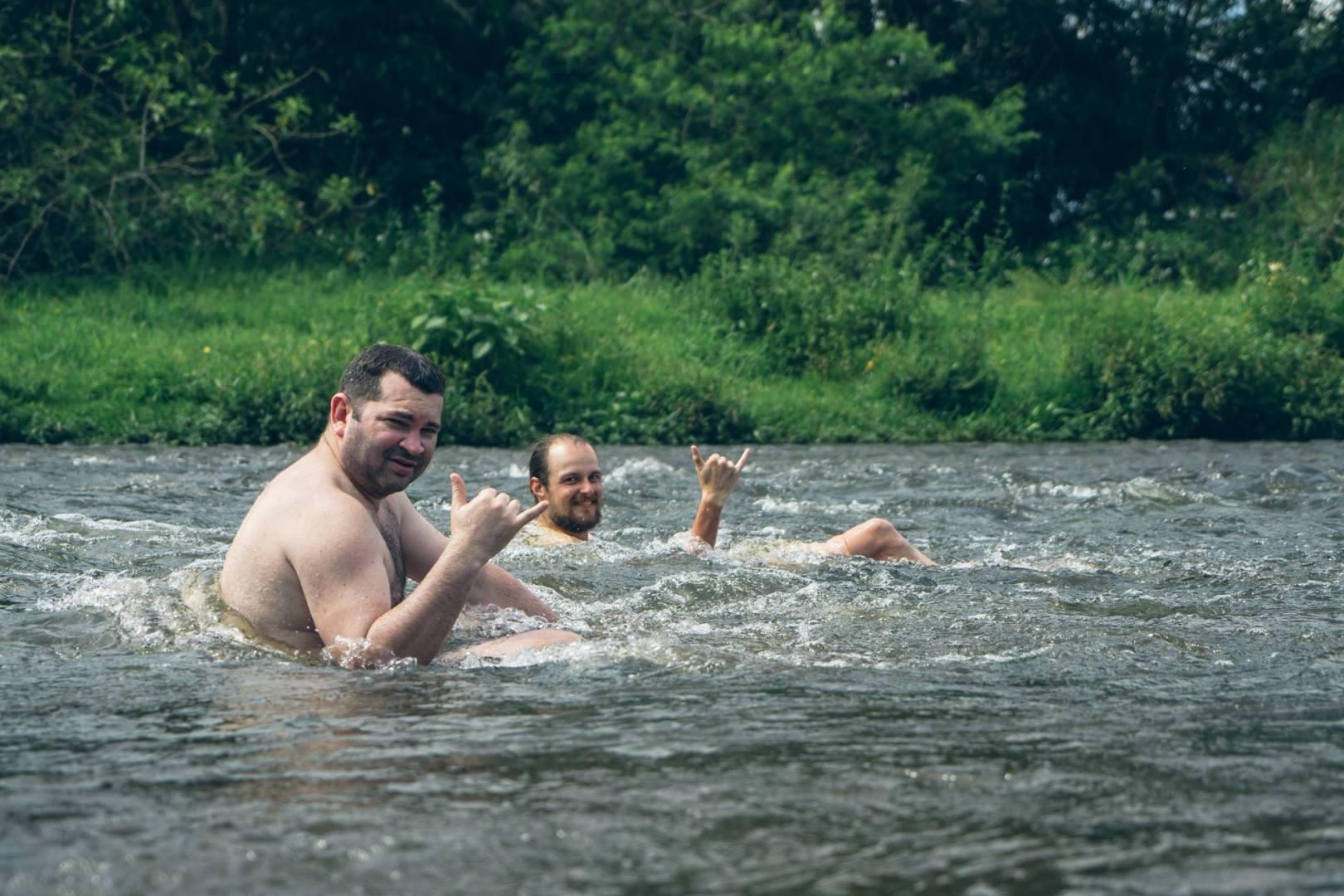 Il fait trop chaud donc baignade dans la rivière