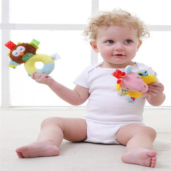 Enfant avec hochets