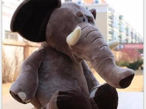 Peluche éléphant d'Afrique avec ses défenses et de grandes oreilles