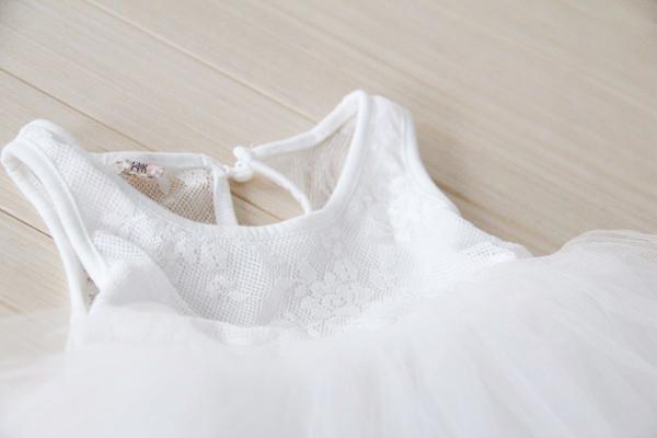 Détail de la robe tutu blanche pour fille