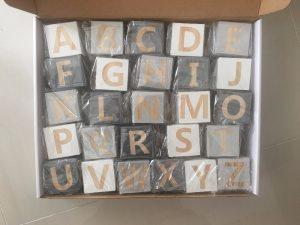 Cubes déco en bois alphabet dans l'emballage carton