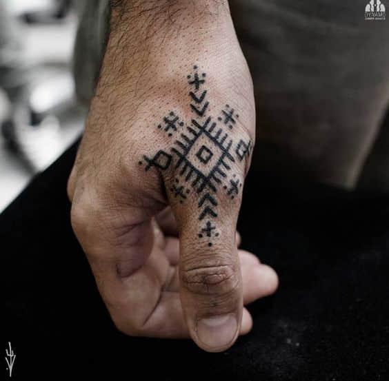 Tatuajes En Los Dedos Significados Mitos Verdades Y Diseños