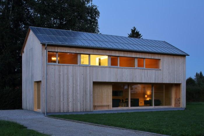 Einfamilienhaus mit Dach und Regenrinne aus Roofinox Zinn matt, welches im Laufe der Zeit bewittert