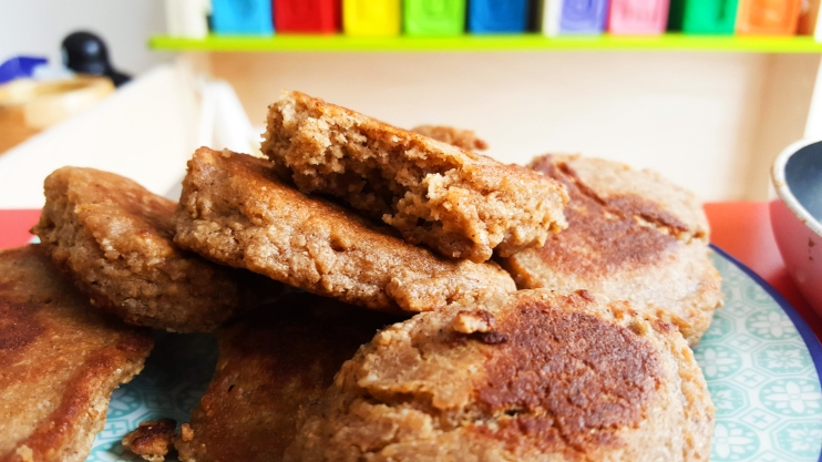 Banana oatmeal pancakes! A healthy and easy breakfast idea for toddlers! Your kids will love these healthy pancakes for breakfast, they're only a few ingredients, store well, are also good on the go and contain no artificial ingredients, flour or sugar. These banana pancakes are also good for grown-ups and take 10 minutes to make!