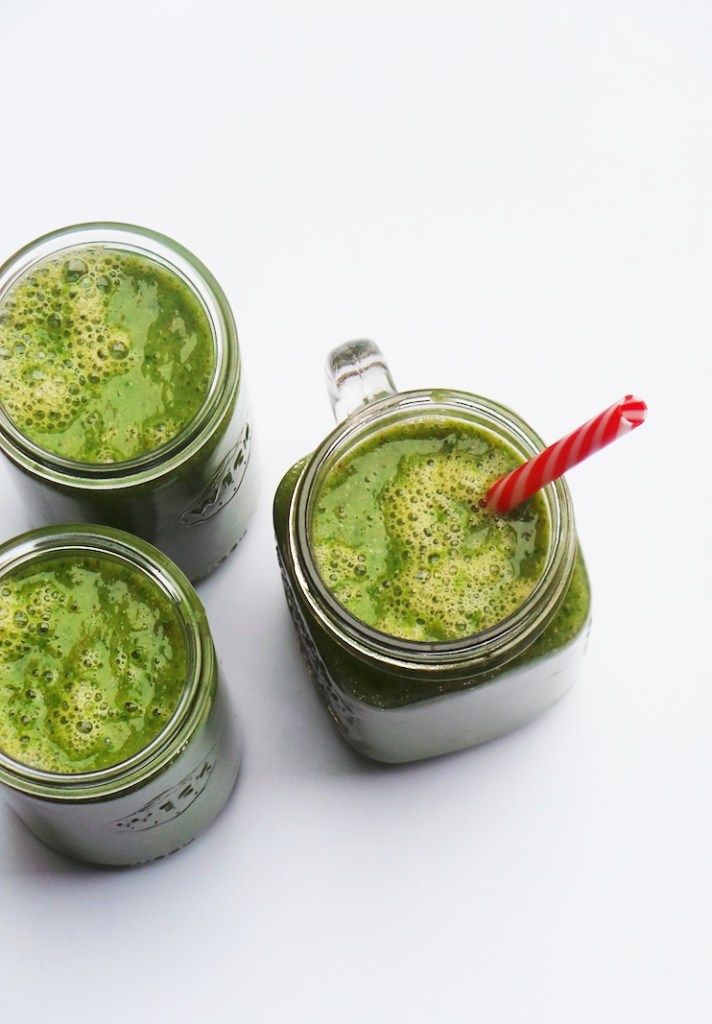 Make this easy detox smoothie for breakfast or healthy snack! Made with mango and kale this healthy recipe is full of antioxidants, great source of fiber, vegan, paleo, gluten-free and perfect for eating clean and if you want to lose weight!   clean eating recipes   healthy smoothie recipes