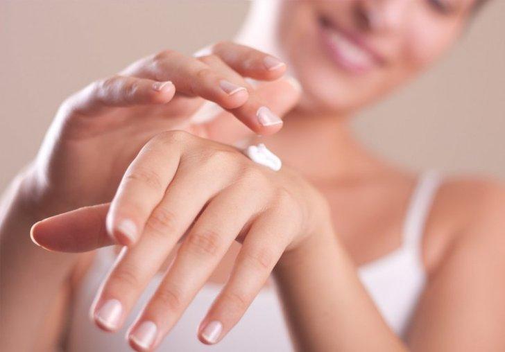 يساعد تقشير اليدين على التخلص من البقع الداكنة