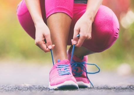 ارتداء الملابس المريحة والمشي على الاسطح المستوية لتخسيس الوزن