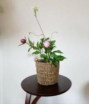 芍薬の立ち姿がよく現れてます。草花を一本、という足し方もいい。