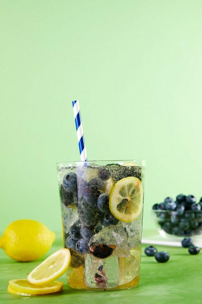 白葡萄酒汽酒,HelloFresh柠檬,滚球体育app蓝莓,黑莓