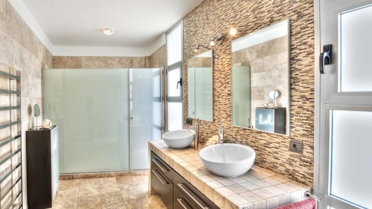 vanity-mirror-tv-in-modern-luxury-bath