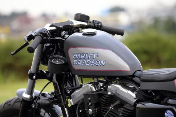 ハーレーのスポーツスター、フォーティーエイトがベース車両のカフェレーサーカスタム。Gタンクとハンドル周り。