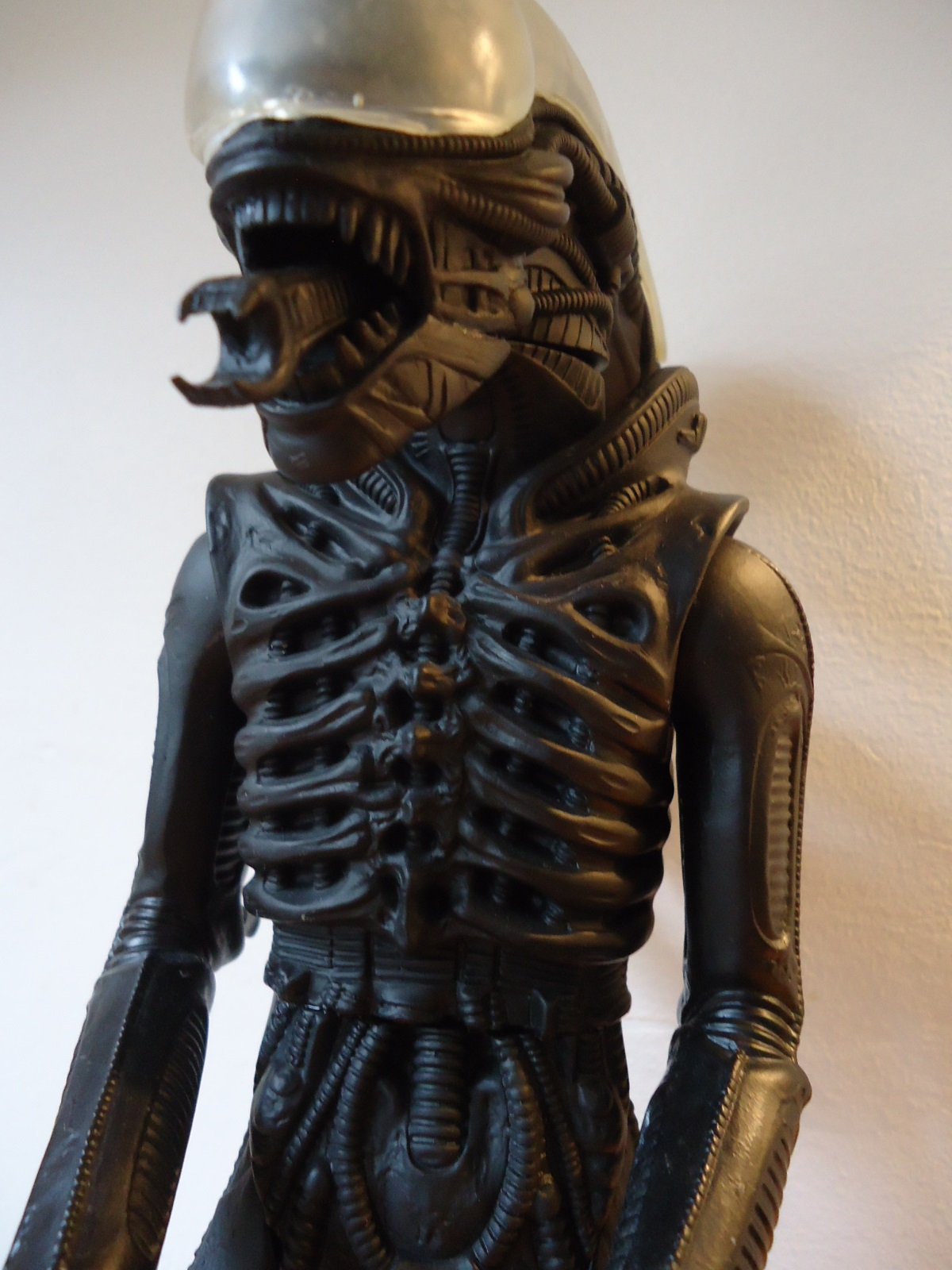 Close up of the torso of the 1991 Halcyon ALIEN model kit.