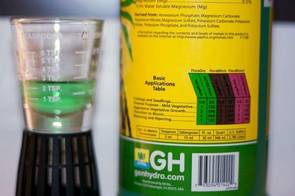 Añade los nutrientes al agua del jardín hidropónico