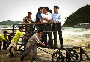 Abhisit is bang voor zijn schoenen