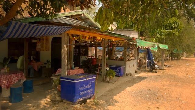 Thaise wegrestaurantjes, smikkelen langs de weg