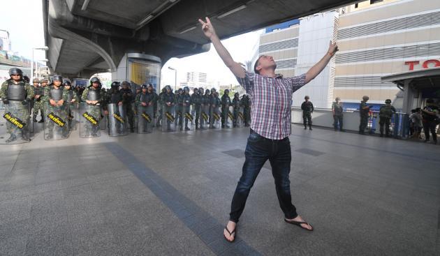 Kat-en-muisspel tussen leger en demonstranten