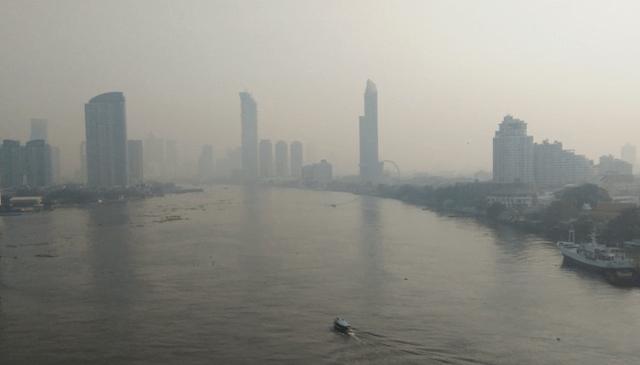 Dikke laag smog boven Bangkok