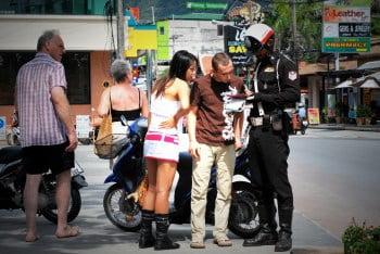 Pattaya politie strenger bij scooter rijden zonder rijbewijs