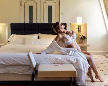 Verführerische Brautboudoir Fotosession in einer Hotelsuite, in Dresden