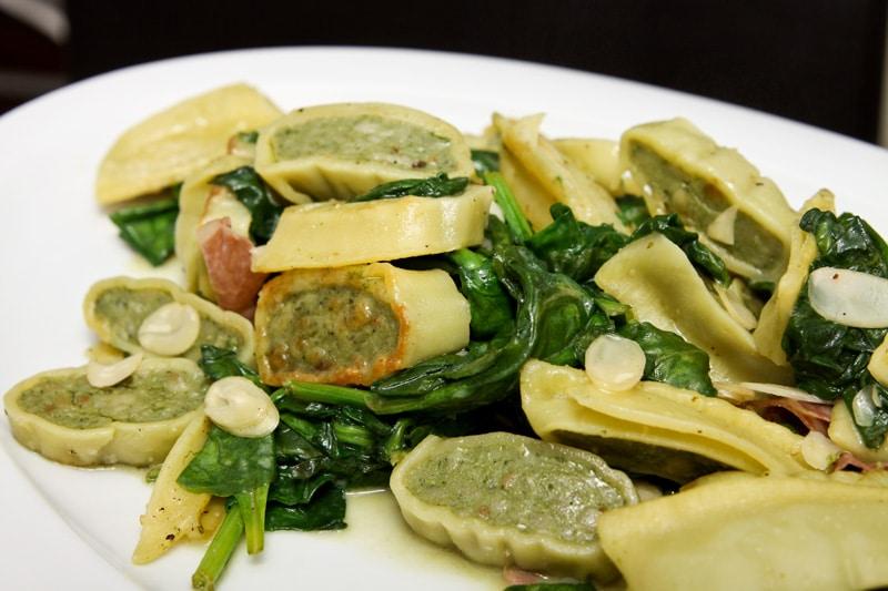 Spinat-Maultaschen mit Pancetta und Mandeln