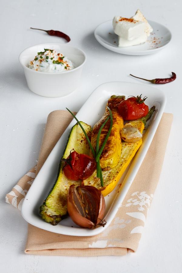 Gegrillte Zucchini mit Kräuterquark und Ziegenkäse