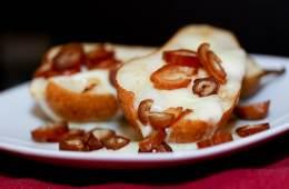 Taleggio-Birnen mit Datteln