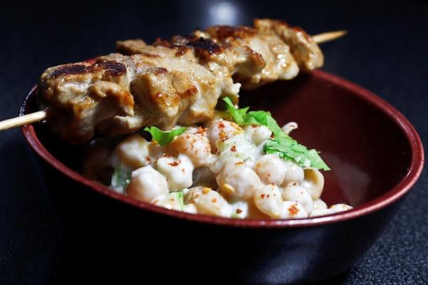 Kichererbsen-Salat mit Saté-Spiessen