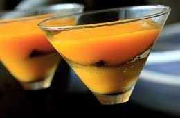 Zweierlei von der Mango mit schwarzem Pfannkuchen