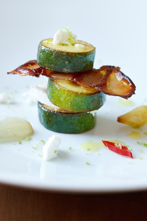 Mariniertes Zucchini-Türmchen mit Ziegenkäse und Bacon