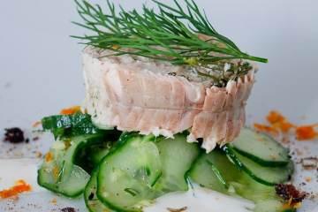 saiblings-rouladen-auf-gurken-ingwer-salat