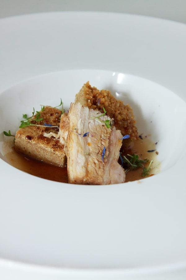 Sous-vide gegarter Schweinebauch mit salzigem Schmarren und Kreuzkümmel-Soja-Reduktion