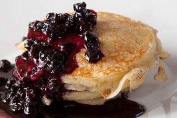 buttermilch-pancakes-mit-beerensauce